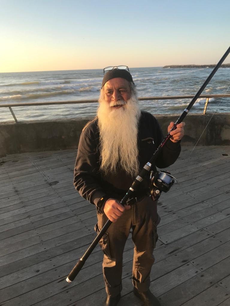 Pêcheur dans le nord de Tel-Aviv. La pêche depuis la plage ou la terre reste autorisée, même sans permis (photo : KHC)