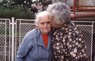 osa Gon (à droite), la mère de Zipi Gon-Gross, et sa sauveuse en République tchèque
