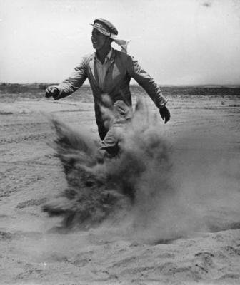 Un nouvel immigrant en train de marcher dans les dunes de la ville de Beer-Sheva (photo : Zoltan Kluger / Musée d'art du Néguev)