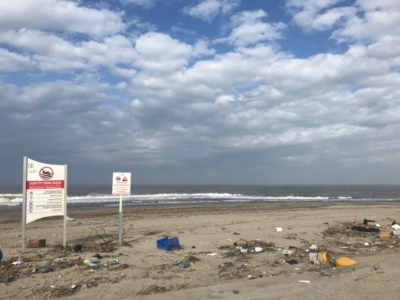Vue déprimante d'une plage au nord de Tel-Aviv : des déchets à perte de vue (photo : KHC).
