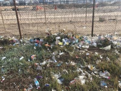Déchets plastiques aux abords de la plage Sdé-Dov de Tel-Aviv (photo : KHC)