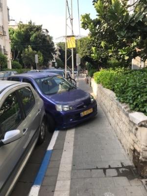 Même si les parkings sont une denrée rare à Tel-Aviv il n'est quand même pas nécessaire de se garer ainsi (photo : KMC)