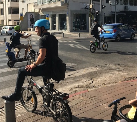 Vélos et trottinettes électriques à perte de vue : Tel-Aviv tôt le matin (photo : KHC)
