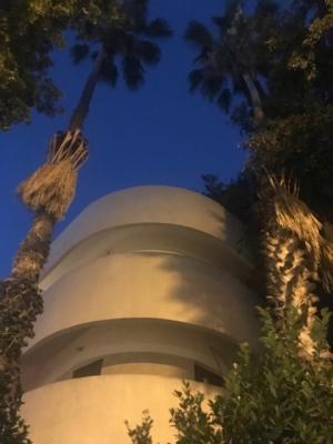 Rondeurs typiques d'un bâtiment de style international à Tel-Aviv (photo : KHC)