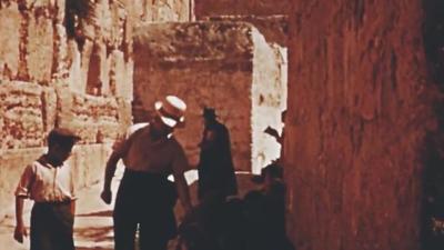 Dans les années 30, le Mur des lamentations n'était accessible que par un étroit passage (photo : cinémathèque de Jérusalem)