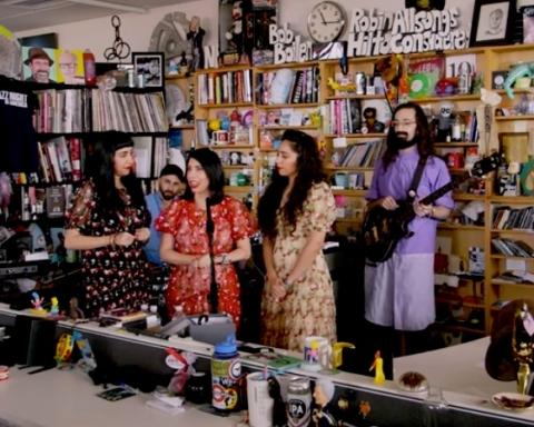A-WA dans le studio NPR à Washington (capture d'écran de la vidéo NPR Tiny Desk)