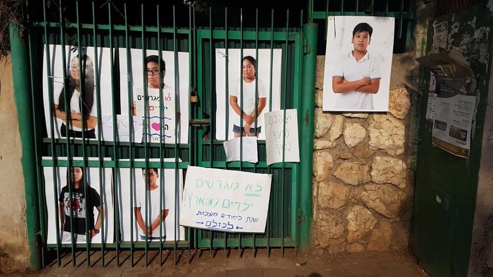 Affiches dénonçant l'expulsion d'enfants de travailleurs étrangers (photo : Avi Lubin).