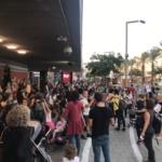 Manifestation de parents d'élèves devant la mairie de Tel-Aviv contre l'utilisation de vaisselle en plastique dans les cantines (photo : KHC)