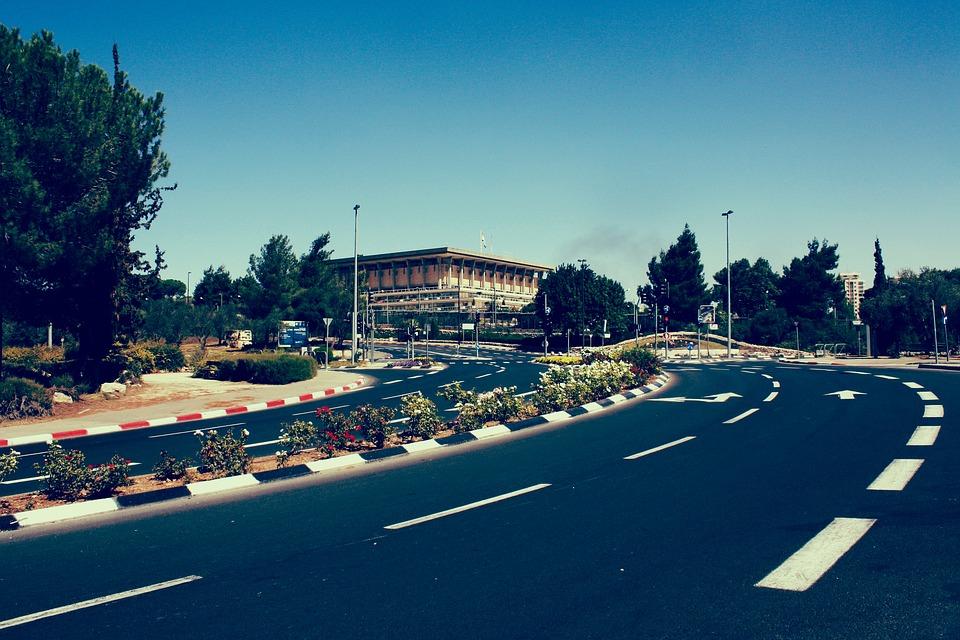 La Knesset à Jérusalem. Le futur gouvernement devra impérativement réduire le déficit budgétaire (photo : Pixabay)