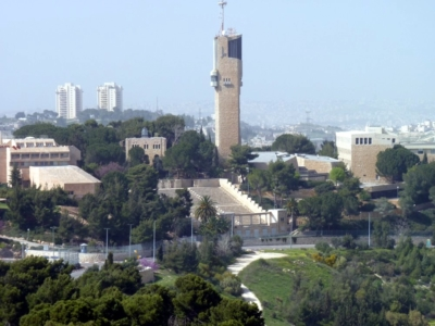 La célèbre université hébraïque de Jérusalem. Etudier au sein de cet établissement renommé n'est pas donné à tous les jeunes Israéliens (photo : By User: Grauesel at wikivoyage shared, CC BY-SA 3.0, https://commons.wikimedia.org/w/index.php?curid=23124023)