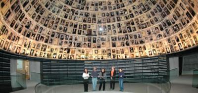 Dans la Salle des noms à Yad Vashem on évoque le souvenir de chaque Juif assassiné pendant la Shoah (photo : Yad Vashem)