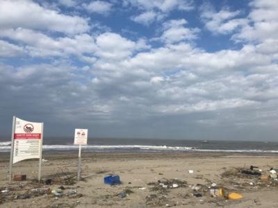 Déchets plastiques sur une plage du nord de Tel-Aviv (photo: KHC).
