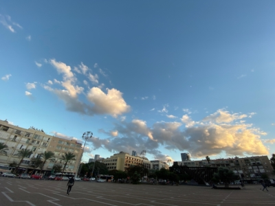 La place Rabin sur la rue Ibn Gvirol à Tel-Aviv est mieux adaptée aux aveugles et aux déficients visuels grâce à l'application RightHear (photo : KHC).