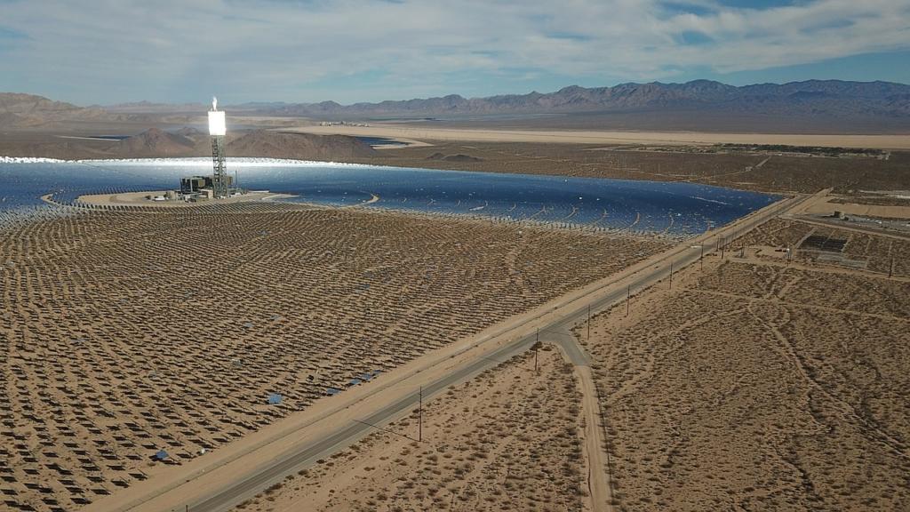 Les centrales solaires installées dans les zones désertiques doivent souvent faire face à un empoussiérage massif (photo : Pixabay).