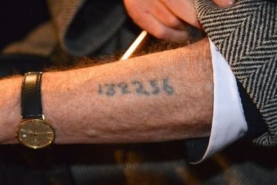 Un survivant de la Shoah montrant le numéro tatoué sur son bras par les nazis (photo : Frankie Fouganthin - Own work, CC BY-SA 3.0, https://commons.wikimedia.org/w/index.php?curid=24277501).