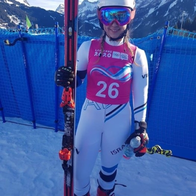 Noa Szollos après sa descente réussie (photo : Israel Ski Team).