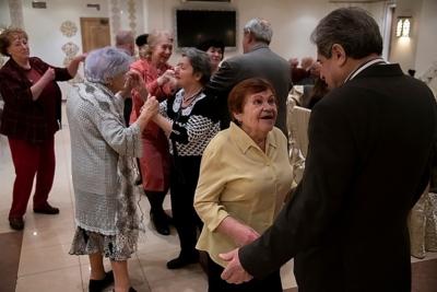 Ida Iosifovna Spector danse lors des festivités organisées pour le jubilé de la libération du camp de Winnyzja (photo : James Hill/projet Lonka)