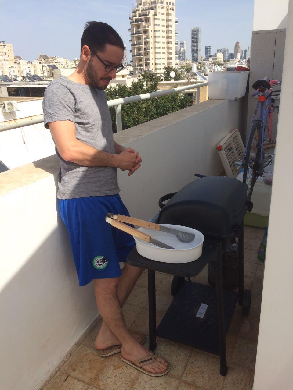Les Israéliens et leur barbecue – peu importe que les grillades soient faites sur les toits de la ville ou dans un parc, ce qui importe est qu'il y ait beaucoup de viande et beaucoup de participants (photo : KH)