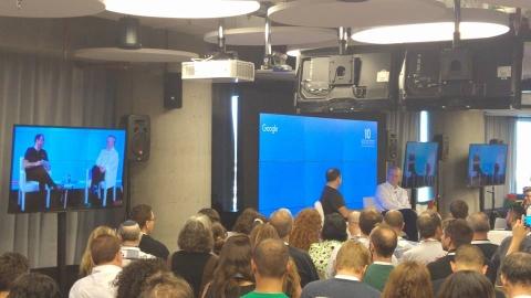 Eric Schmidt dans l'antenne Google de Tel-Aviv (photo : Facebook/Campus Tel Aviv)