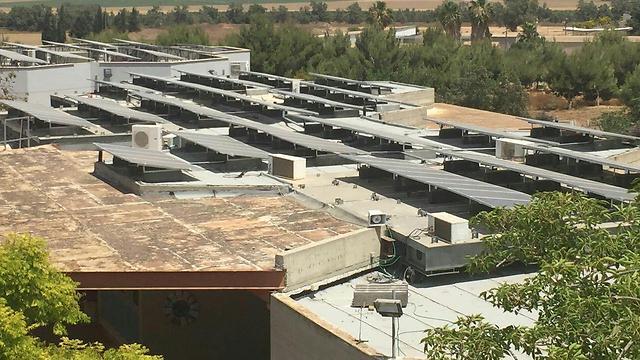 Installation photovoltaïque sur les toits de l'école élémentaire Nitzanei Eshkol (photo : presse).