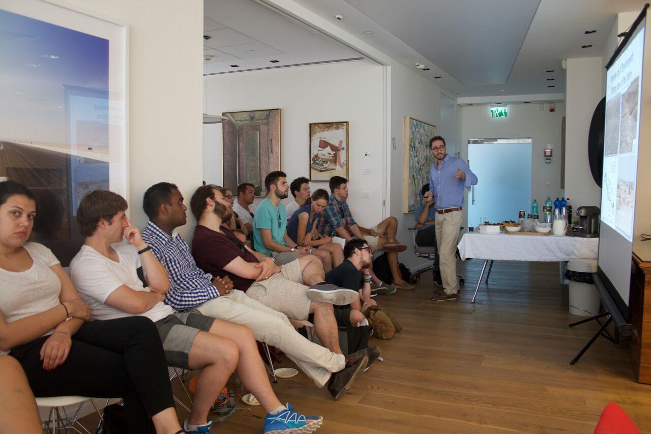 Les Jeunes Vert'libéraux écoutant l'exposé sur l'extraction du gaz naturel en Israël (photo : Samuel Suter)