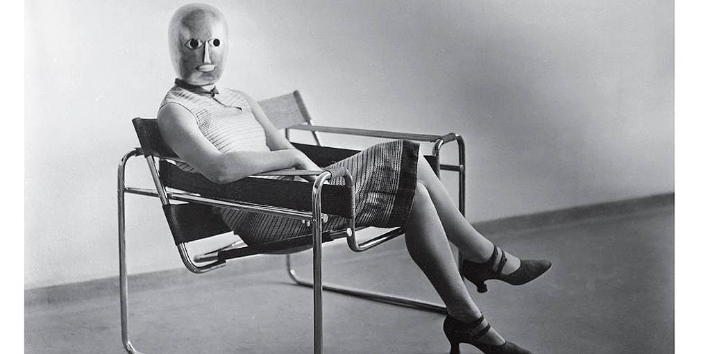 Erich Consemüller : femme au fauteuil B3 de Marcel Breuer portant un masque d'Oskar Schlemmer, vers 1926; photographie noir et blanc ©Stefan Consemüller / Bauhaus-Archive Berlin