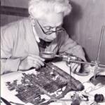 Un scientifique examine le rouleau Genesis très endommagé après sa découverte dans une grotte de la mer Morte (photo : Musée d'Israël)