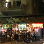 Clients regardant un match dans un bar de Tel-Aviv (photo : KHC).