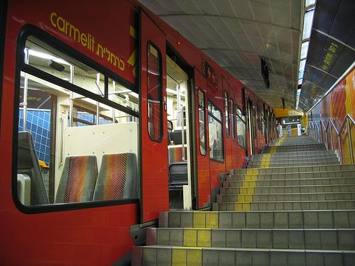 Le métro Carmelit avant rénovation (photo : Tanuki Warrior, Wikimedia Commons).