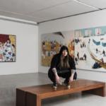Zoya Cherkassy au milieu des tableaux de son exposition PRAVDA (photo : Musée d'Israël, Elie Pozner).