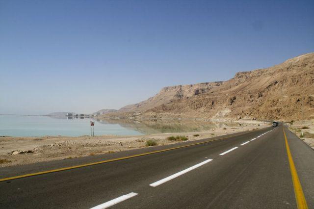 La route 90 qui passe par le désert est la plus dangereuse du pays (photo : Von Ian and Wendy Sewell - http://www.ianandwendy.com/Israel, CC BY-SA 3.0, https://commons.wikimedia.org/w/index.php?curid=3194145)