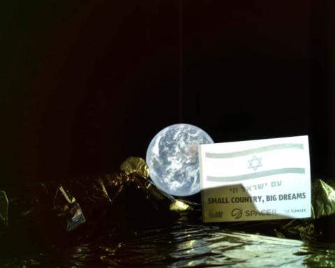 Pendant son voyage vers la lune, Bereshit a pris ce selfie avec la terre en arrière-plan (photo : Presse SpaceIL)