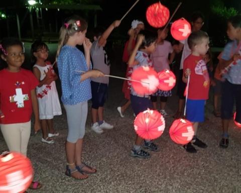 Les enfants et leurs « lampions suisses » (photo : Frieda Stehlin)