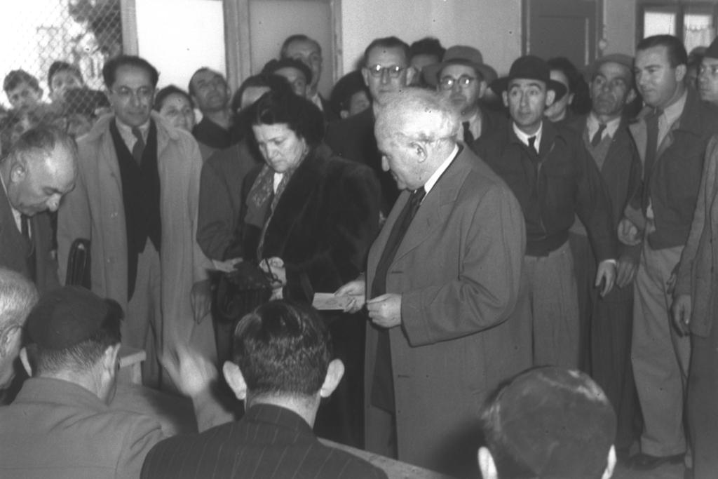 David Ben Gourion et Paula Ben Gourion lors des élections de 1949 (photo: GPO / Hugo Mendelson).