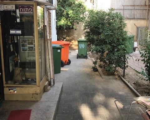 Poubelles devant un immeuble à Tel-Aviv. Il manque la poubelle bleue pour le papier (photo : KHC).