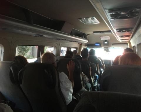 Minibus à Tel-Aviv circulant pendant le shabbat (photo : Sarah Stricker).