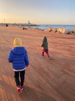 Nous avons la chance de vivre au bord de la mer et d'avoir généralement du beau temps, toutefois nous n'allons plus sur les aires de jeux (photo: KHC).