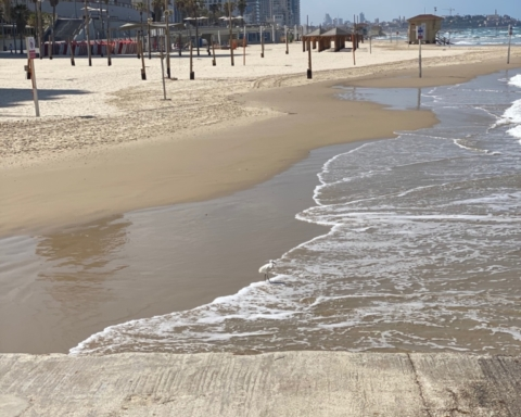 Bien que le ciel soit bleu et la température estivale, la plage de Tel-Aviv est déserte (photo: KHC).