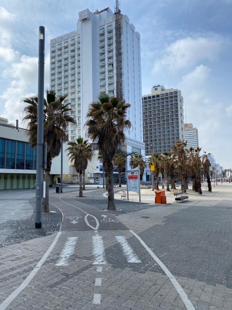 Tel-Aviv, la promenade sur le front de mer est totalement déserte (photo : KHC).