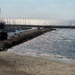 Plage de surf déserte à Tel-Aviv. Les sports aquatiques sont désormais de nouveau autorisés (photo: KHC)