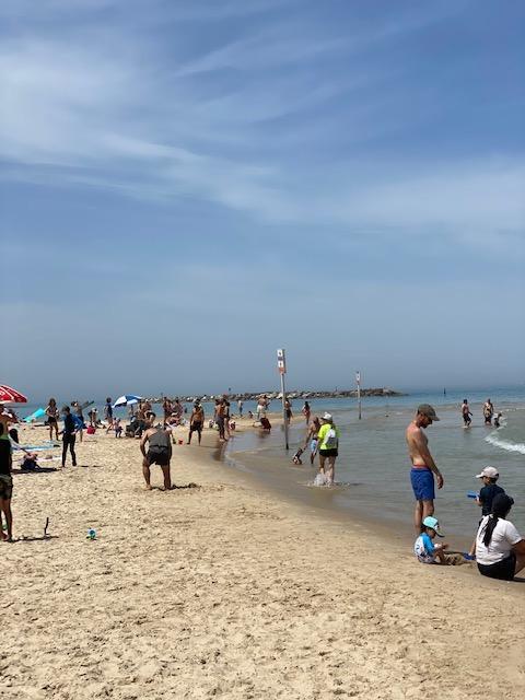 week-end, les plages de Tel-Aviv étaient pleines à craquer (photo : KHC).