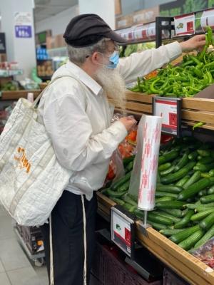 Client dans un supermarché en Israël (photo : KHC)