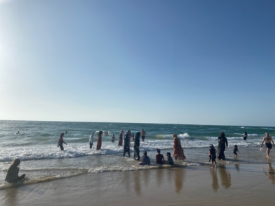 Familles arabes sur la plage de Jaffa le week-end dernier : on peut remarquer qu'à l'instar d'un grand nombre d'autres citoyens, les membres de ces familles ne portent pas de masque (photo: KHC)