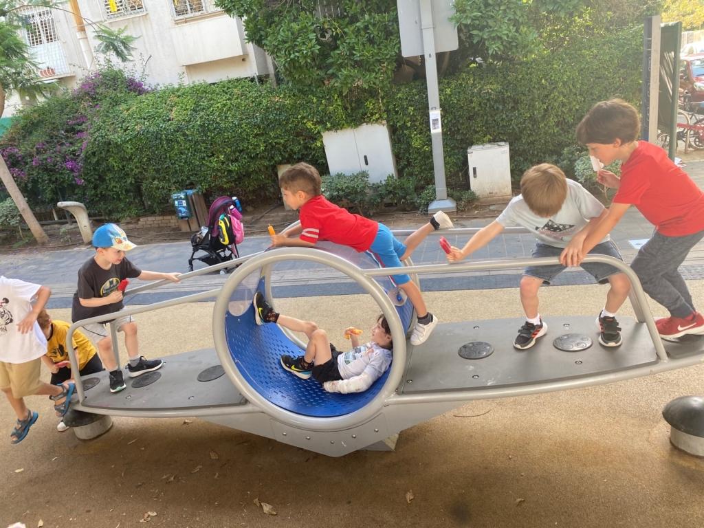 Après plusieurs mois de fermeture, les aires de jeux sont de nouveau accessibles aux enfants (photo: KHC)