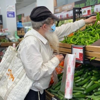 Un Israélien orthodoxe fait ses achats : la communauté orthodoxe est particulièrement touchée par le corona (Photo : KHC).