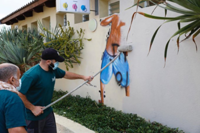 """La municipalité de Tel-Aviv a enfin effacé la peinture d'un voyeur sur la """"plage des voyeurs"""". Cette action a déclenché une vague de critiques, émanant notamment d'hommes déplorant la disparition d'un « patrimoine culturel » (photo : capture d'écran Facebook)"""