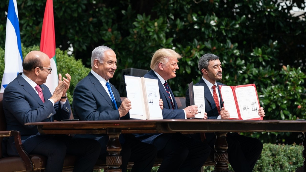 Le Président américain, Donald Trump, le ministre des Affaires étrangères du Bahreïn, Dr Abdulatif bin Rashid Al-Zayani, le Premier ministre israélien, Benyamin Netanyahou et le ministre des Affaires étrangères des Emirats Arabes Unis, Abdullah bin Zayed Al Nahyan (à droite sur la photo) brandissant l'accord de paix signé (photo : Presse de la Maison Blanche Joyce N. Boghpsian)