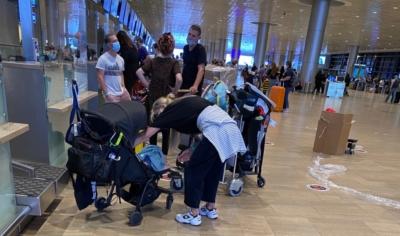 Longues files de passagers ne portant pas correctement leur masque à l'intérieur de l'aéroport. Les Israéliens ont fui le confinement (photo : KHC)