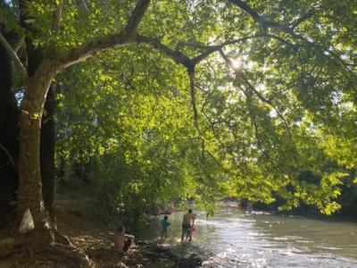 Les berges des rivières et des fleuves, comme ici celles du Jourdain, sont très appréciées des Israéliens, d'autant plus qu'ils ne peuvent actuellement voyager comme ils en ont l'habitude à cause du coronavirus. Malheureusement, de nombreux visiteurs 'oublient' de ramasser leurs déchets lorsqu'ils quittent les lieux (photo : KHC)
