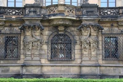Les grilles devant les fenêtres du Musée de la Voûte verte n'ont pas empêché les membres du gang Remmo d'entrer dans la place (photo : de Fred Romero de Paris, France - Dresden - Residenzschloss, CC BY 2.0, https://commons.wikimedia.org/w/index.php?curid=76920264)